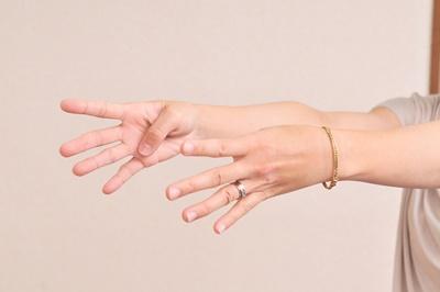 曲げると痛い握ると手首が痛い指が痛い